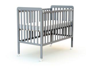 Lit bébé coulissant à barreaux plats.